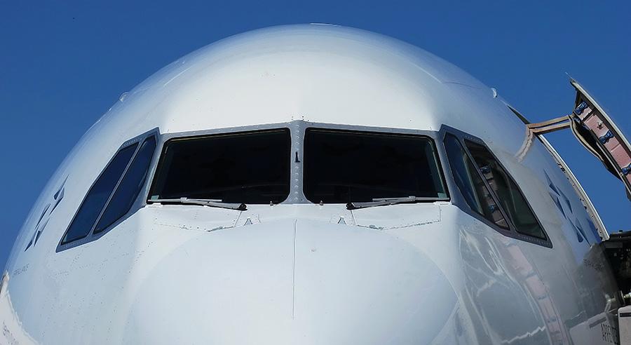 É possível abrir a porta do avião em pleno voo?
